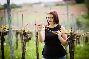 Weinprinzessin Elisabeth Kohl überprüft Rebstock