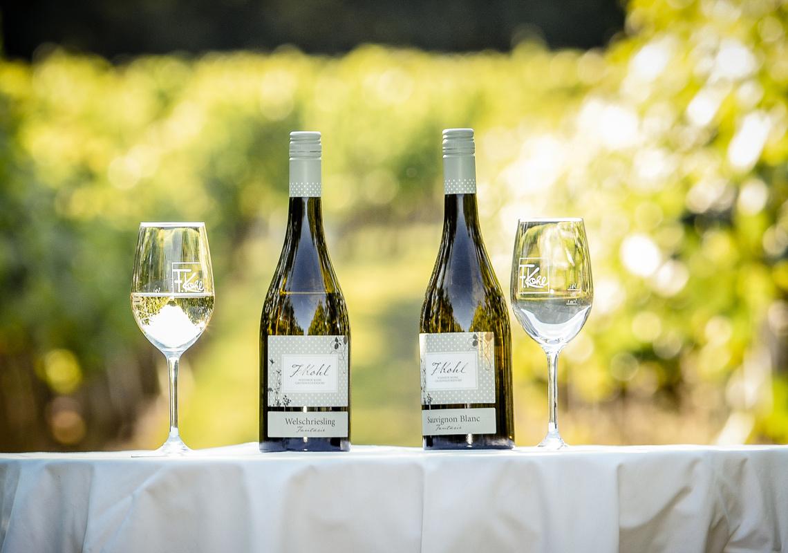 Weißweine auf Tisch präsentiert - im Online Shop erhältlich
