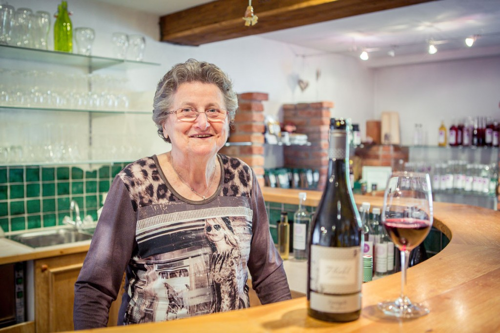 Lachende Frau Kohl mit Rotwein Zweigelt