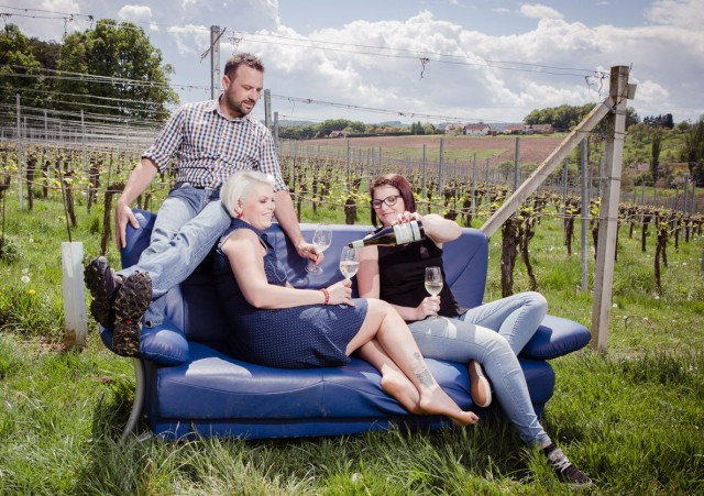 Weißwein trinken im Weingarten