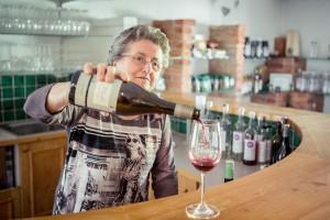 Frau Kohl schenkt Rotwein aus