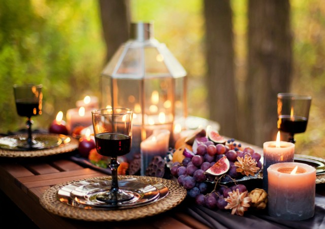 Herbstlich gedeckter Tisch, Weingläser gefüllt mit Rotwein